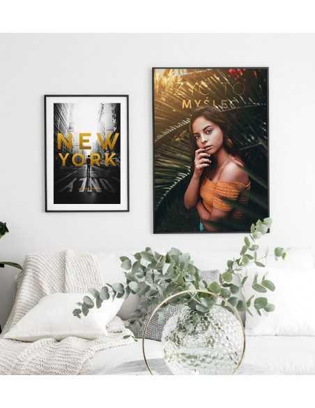 Plakat motywacyjny z napisem Myśleć to żyć z pięknym zdjęciem zamyślonej dziewczyny