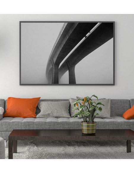 Grafika na ścianę w formie plakatu z fotografią mostu we mgle. Czarno biały obraz do salonu