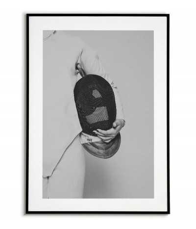 plakat czarno-biały z szermierzem trzymającym maskę. Piękny plakat skandynawski