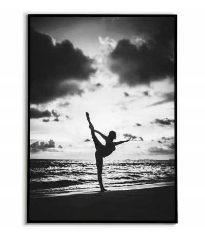 Plakat yoga nad oceanem, piękna grafika w czerni i bieli do ramki. Fotografia z ćwiczącą kobietą nad oceanem.